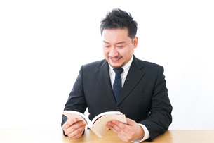 読書をするビジネスマンの写真素材 [FYI04727518]