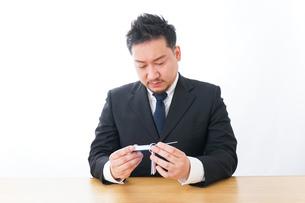 勉強するビジネスマンの写真素材 [FYI04727519]
