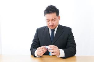勉強するビジネスマンの写真素材 [FYI04727520]