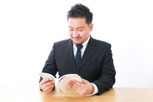 読書をするビジネスマンの写真素材 [FYI04727522]