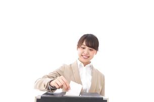 選挙の投票をする有権者の写真素材 [FYI04727546]