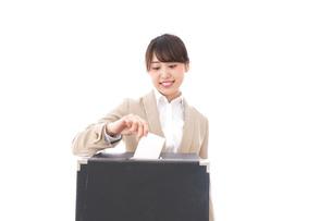 投票をする女性の写真素材 [FYI04727548]