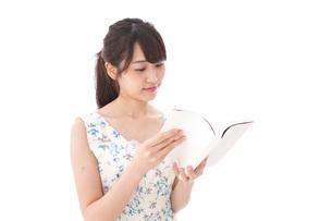 読書をする若い女性の写真素材 [FYI04727549]