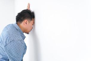病気に苦しむ男性の写真素材 [FYI04727586]