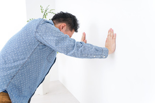 病気に苦しむ男性の写真素材 [FYI04727587]