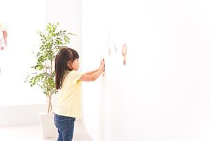 シールを貼る子どもの写真素材 [FYI04727612]