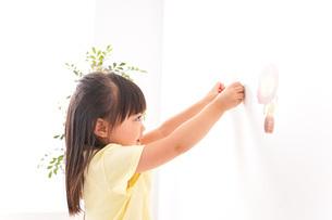 シールを貼る子どもの写真素材 [FYI04727613]