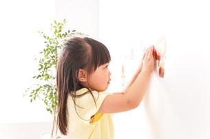 シールを貼る子どもの写真素材 [FYI04727614]