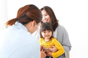 病院で診察を受ける子どもの写真素材 [FYI04727615]