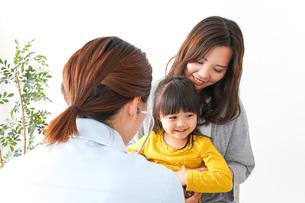 病院で診察を受ける子どもの写真素材 [FYI04727617]