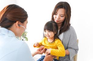 病院で診察を受ける子どもの写真素材 [FYI04727620]