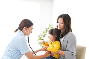 病院で診察を受ける子どもの写真素材 [FYI04727625]