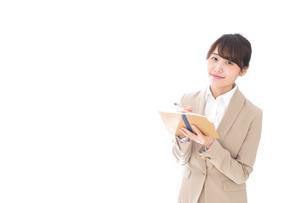 取材をする女性記者の写真素材 [FYI04727656]