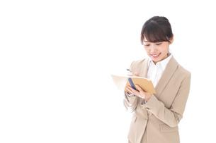 取材をする女性記者の写真素材 [FYI04727657]