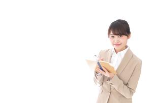 取材をする女性記者の写真素材 [FYI04727661]