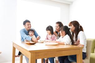 ホームパーティーをする親子の写真素材 [FYI04727699]
