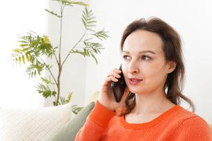 家で通話をする若い女性の写真素材 [FYI04727712]