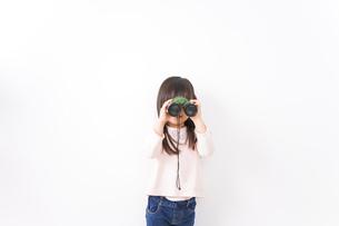 双眼鏡を使う子どもの写真素材 [FYI04727726]