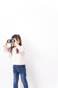 双眼鏡を使う子どもの写真素材 [FYI04727728]