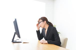 過労・長時間労働・残業に苦しむビジネスウーマンの写真素材 [FYI04727729]