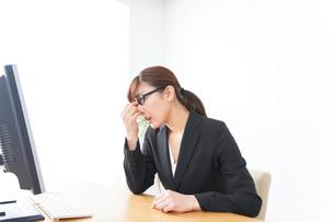 過労・長時間労働・残業に苦しむビジネスウーマンの写真素材 [FYI04727730]
