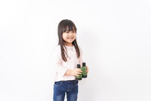 双眼鏡を使う子どもの写真素材 [FYI04727731]
