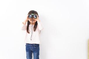 双眼鏡を使う子どもの写真素材 [FYI04727735]