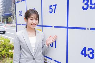 選挙の演説をする若い女性の写真素材 [FYI04727740]
