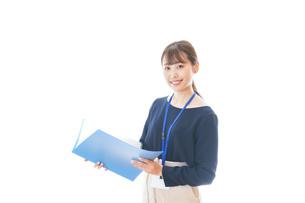 オフィスで働く若いビジネスウーマンの写真素材 [FYI04727742]