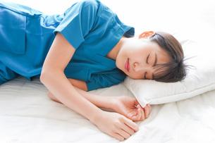 仮眠を取る若い看護師の写真素材 [FYI04727745]
