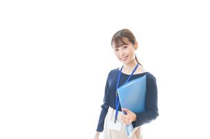 オフィスで働く若いビジネスウーマンの写真素材 [FYI04727749]