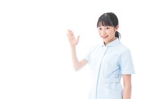 指をさす若い看護師の写真素材 [FYI04727752]