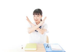 バツを示す制服姿の女子学生の写真素材 [FYI04727761]