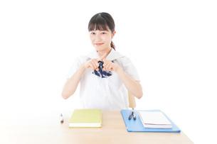 バツを示す制服姿の女子学生の写真素材 [FYI04727763]