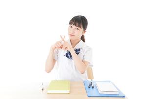 バツを示す制服姿の女子学生の写真素材 [FYI04727765]