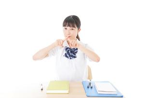 バツを示す制服姿の女子学生の写真素材 [FYI04727767]