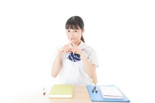 バツを示す制服姿の女子学生の写真素材 [FYI04727769]