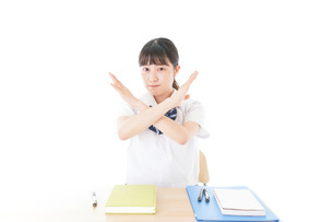 バツを示す制服姿の女子学生の写真素材 [FYI04727770]