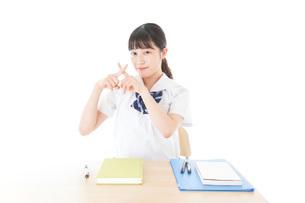 バツを示す制服姿の女子学生の写真素材 [FYI04727771]