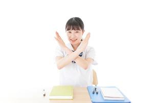 バツを示す制服姿の女子学生の写真素材 [FYI04727773]
