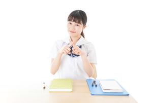 バツを示す制服姿の女子学生の写真素材 [FYI04727785]