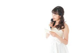 マイクでスピーチをする花嫁の写真素材 [FYI04727788]