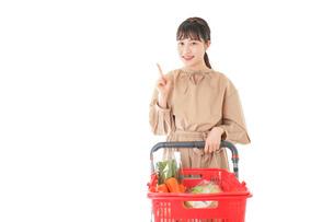 スーパーで指をさす若い女性の写真素材 [FYI04727799]