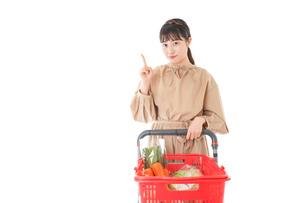 スーパーで指をさす若い女性の写真素材 [FYI04727801]
