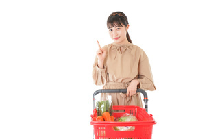 スーパーで指をさす若い女性の写真素材 [FYI04727810]