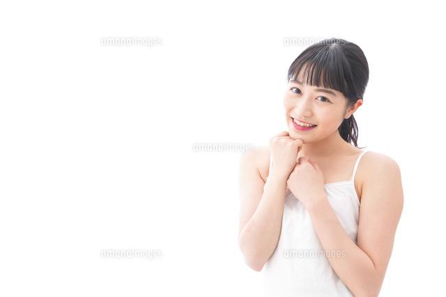 恋をする笑顔の若い女性の写真素材 [FYI04727845]