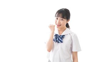 ガッツポーズをする制服姿の学生の写真素材 [FYI04727851]