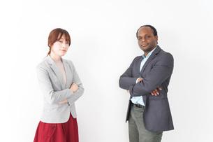 腕を組む2人のビジネスパーソンの写真素材 [FYI04727905]
