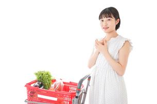 スーパーで考える若い女性の写真素材 [FYI04727909]