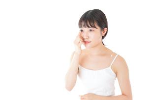 コンタクトレンズの装着をする若い女性の写真素材 [FYI04727914]